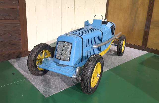 レトロなデザインのスポーツカー。鮮やかなブルーの配色がポイントです。